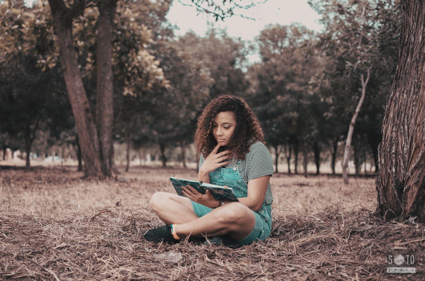 retrato de chica leyendo en un parque