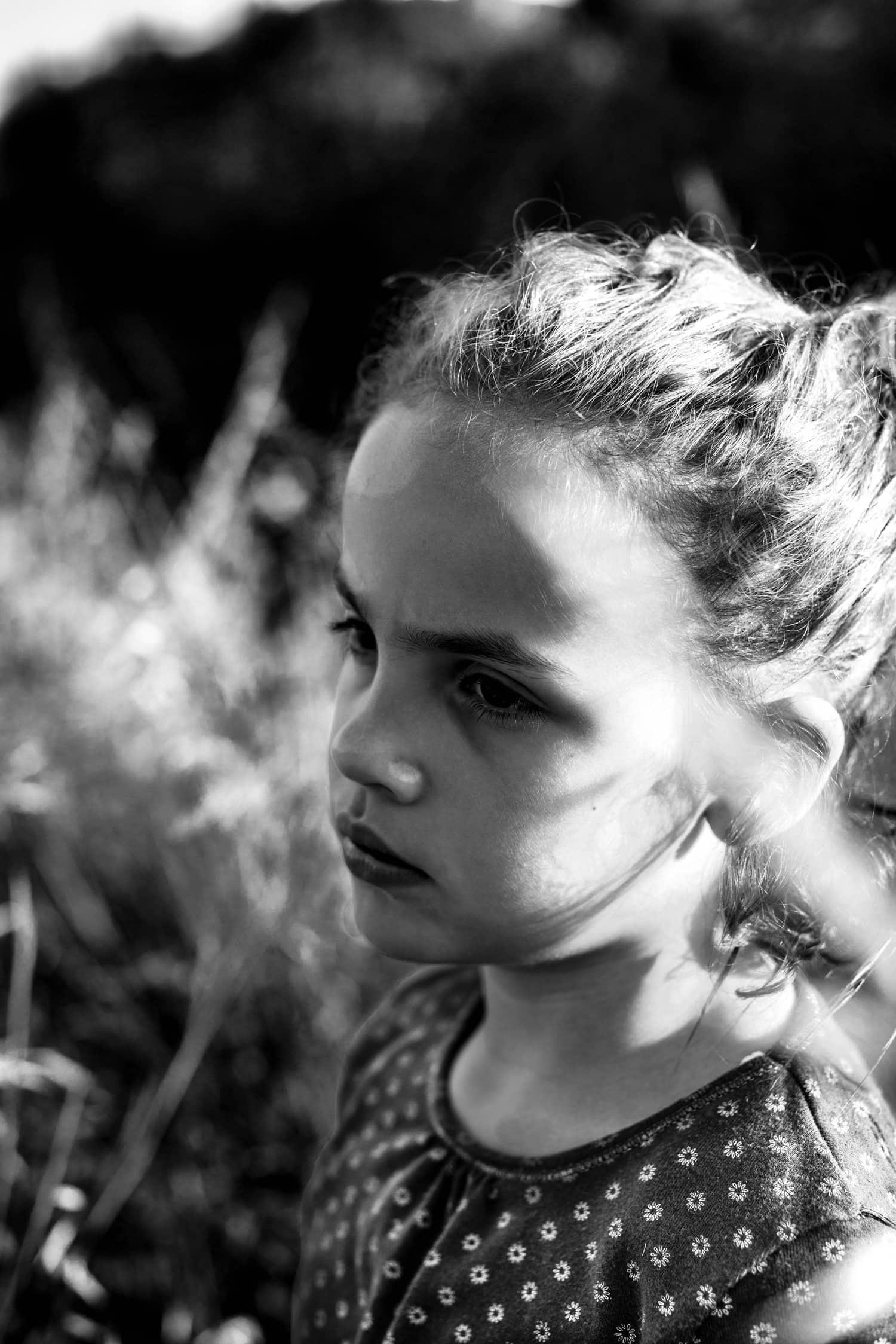 retrato de una niña seria