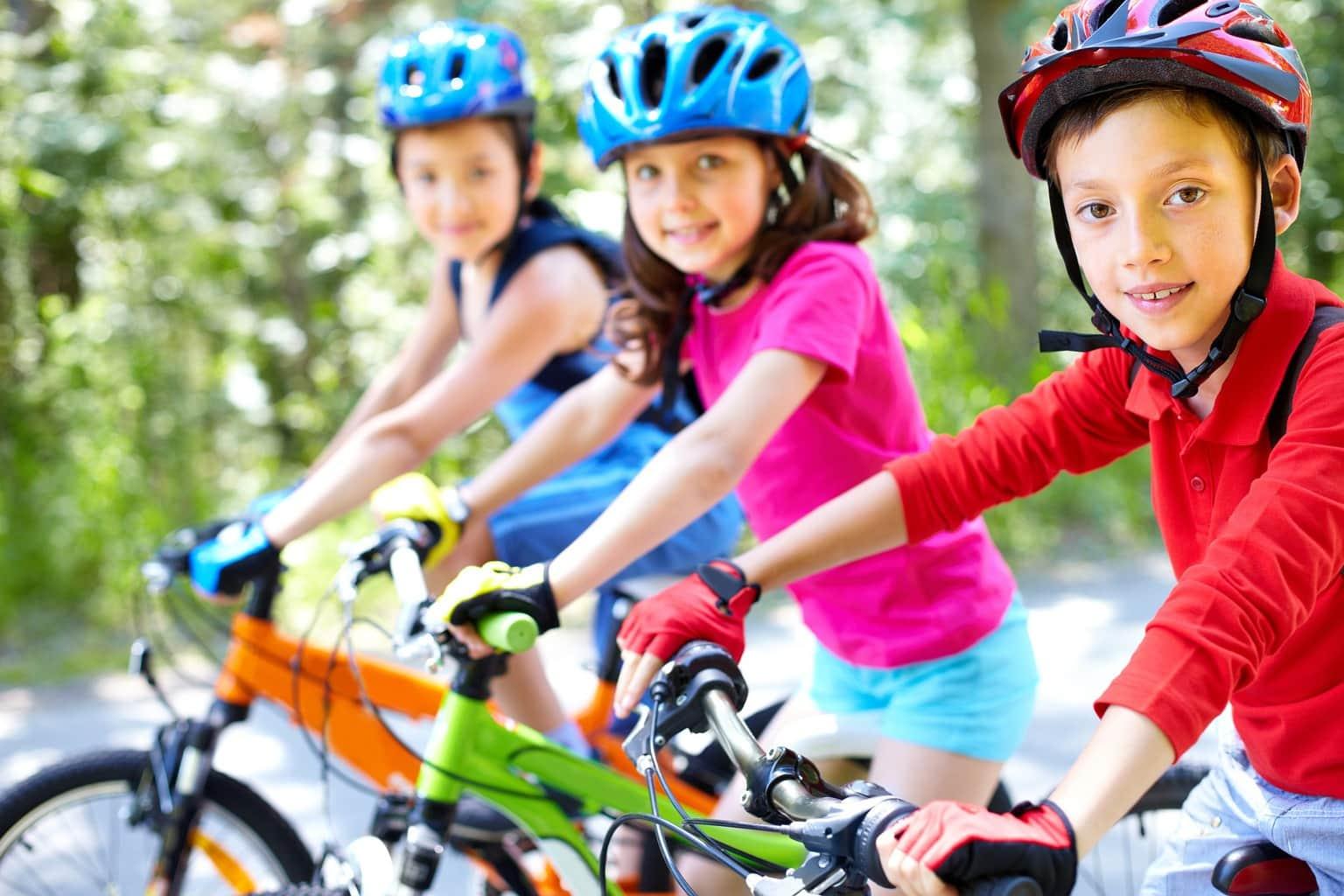 retrato de niños en bicis