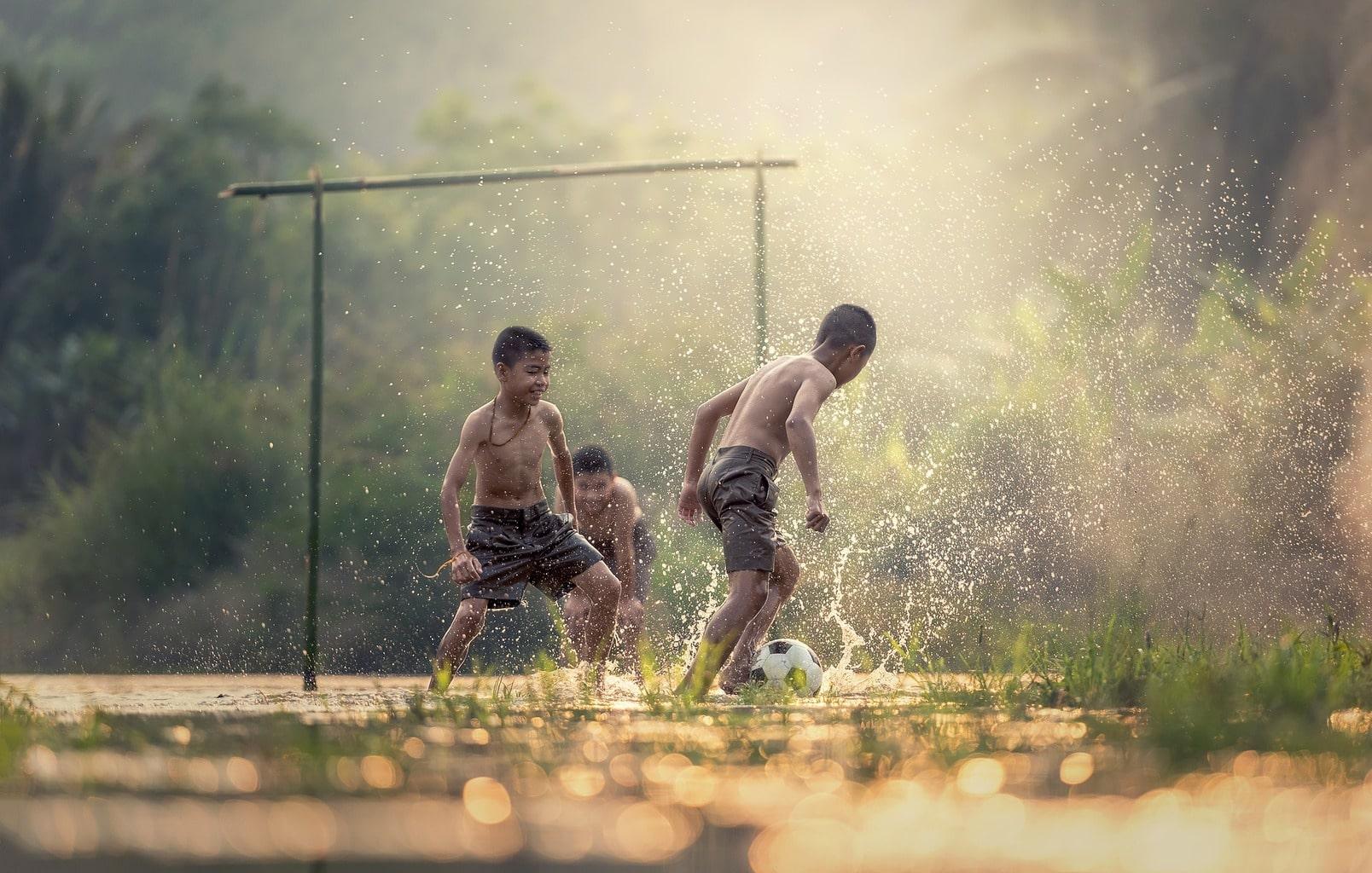 fotografía niños jugando fútbol