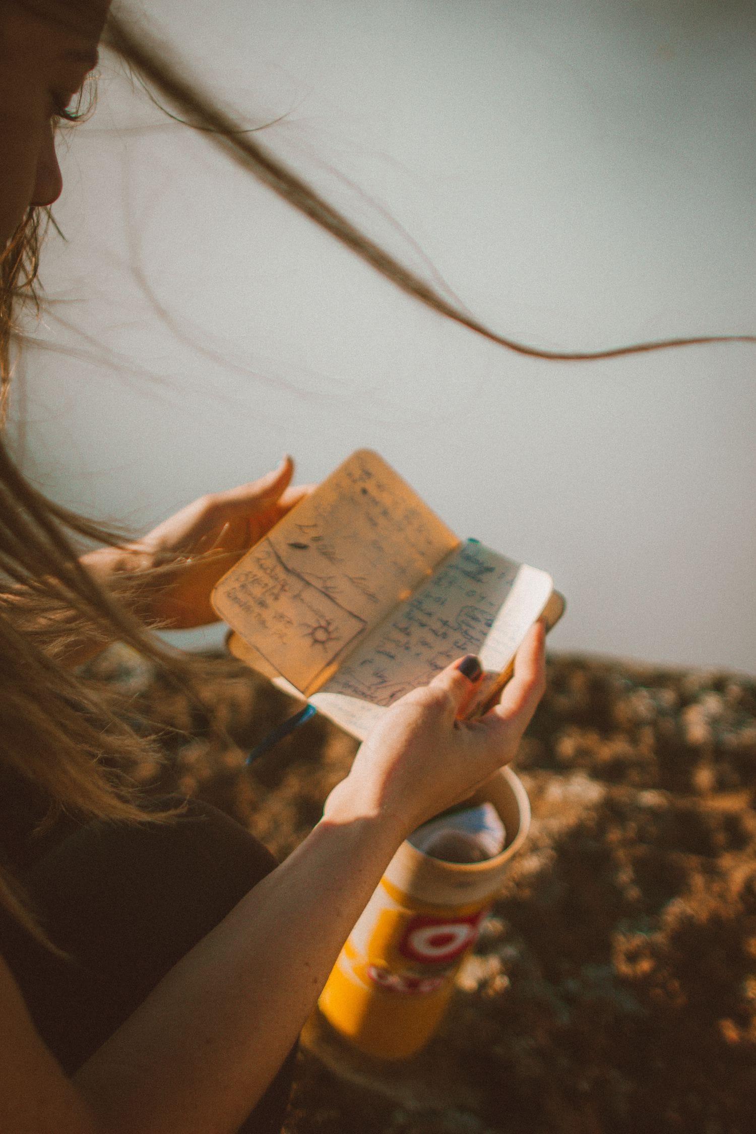 una jóven leyendo