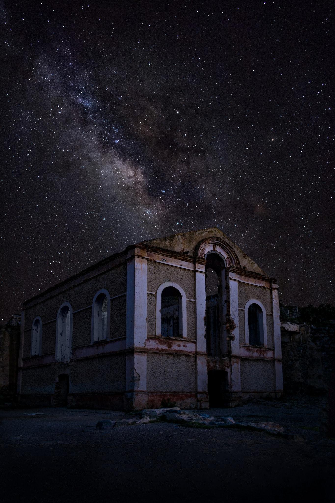 fotografía nocturna edificio con estrellas