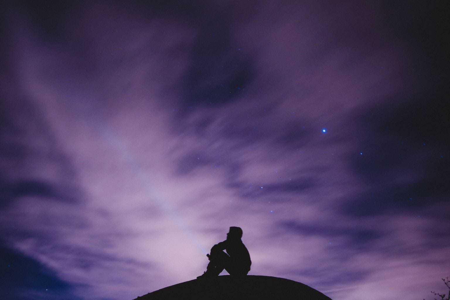 fotografía nocturna jóven con linterna