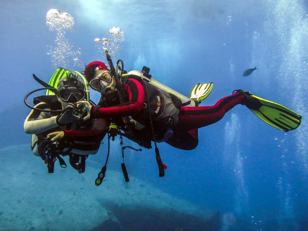 fotografía submarina buceador con un compañero