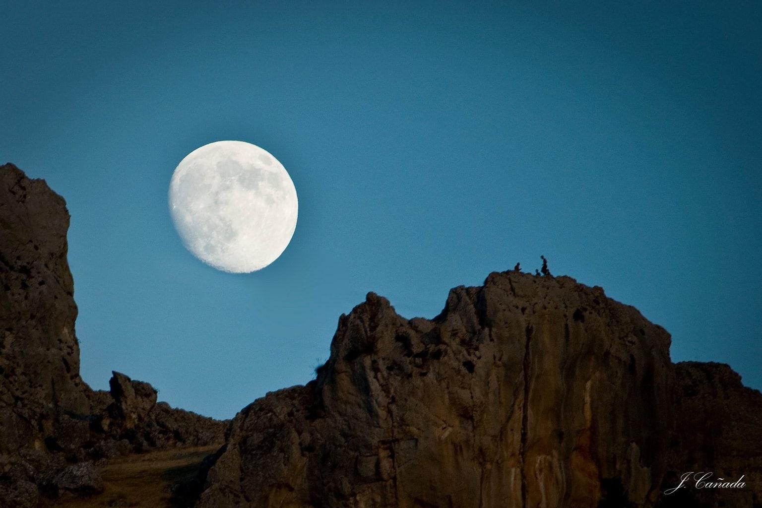 fotografía paisaje luna detrás de montañas
