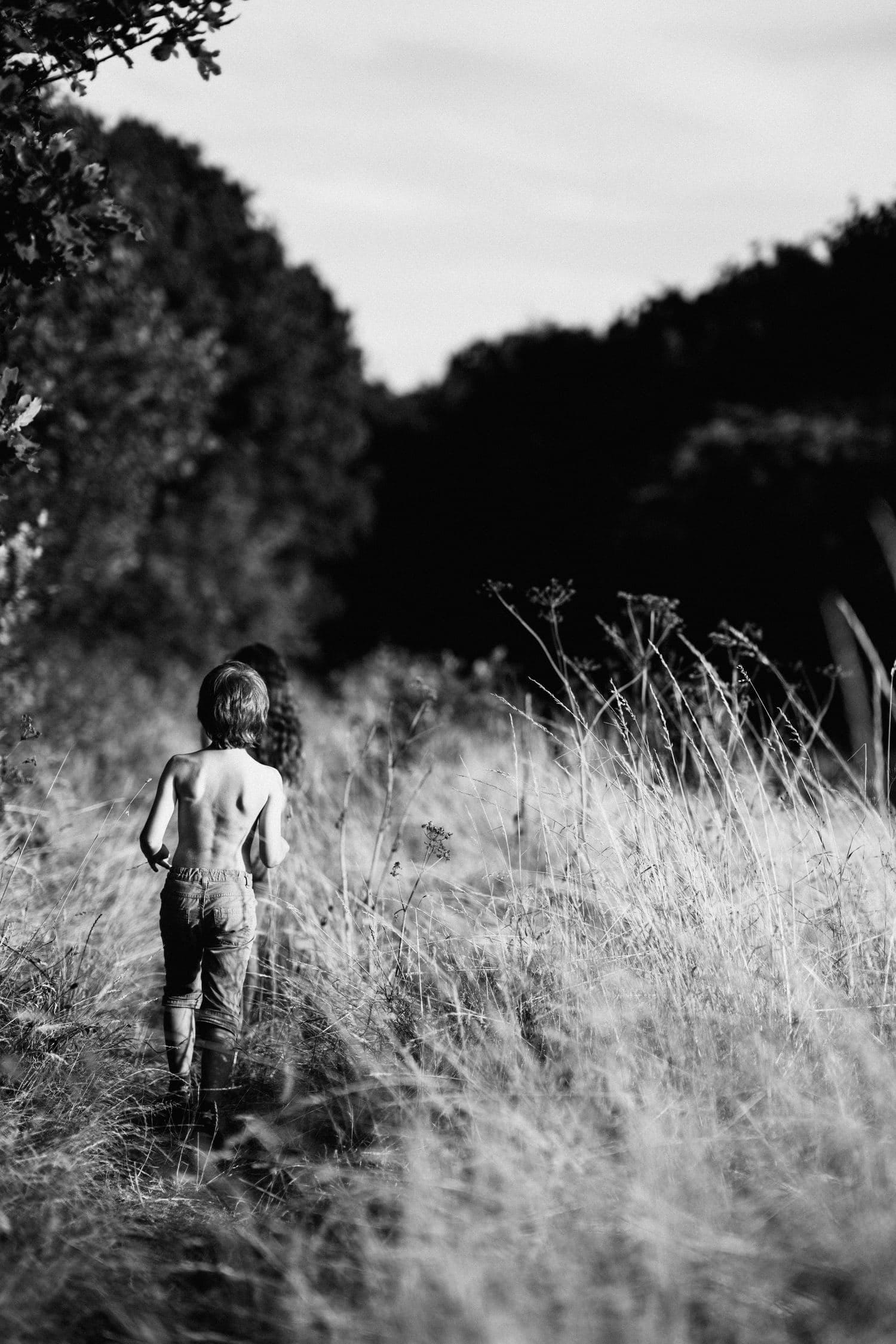 fotografía niños corriendo en el campo