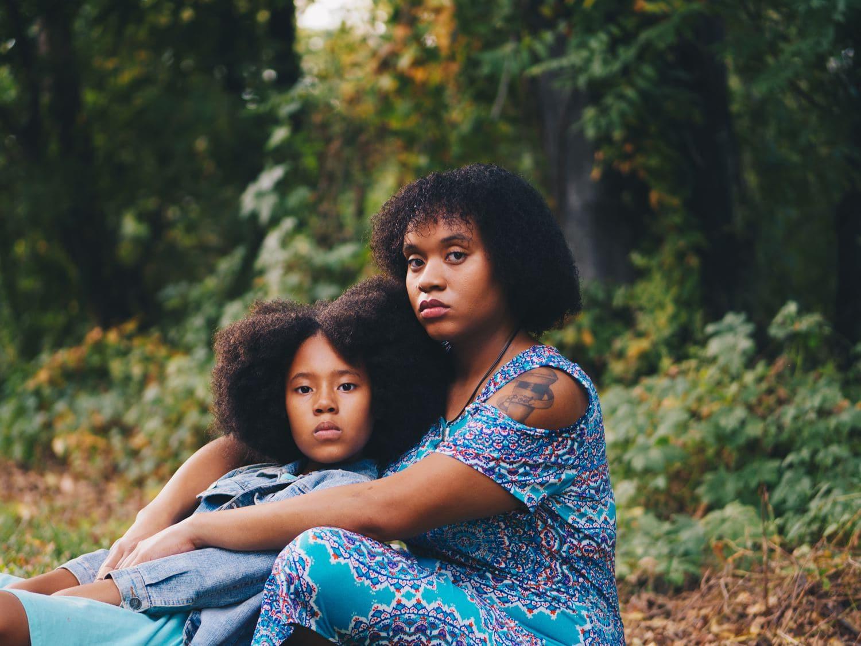 fotografía madre y hija mirando la cámara