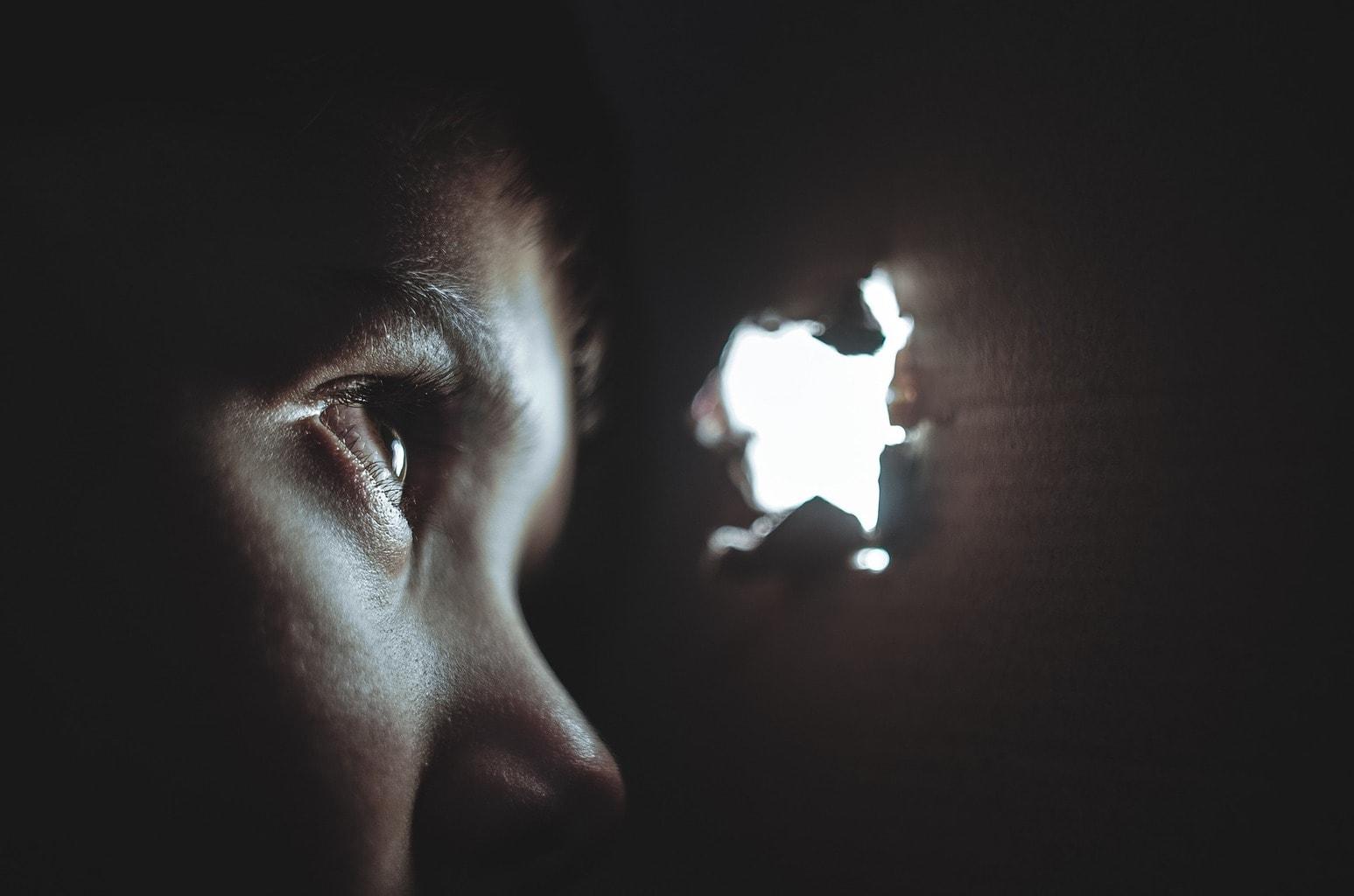 fotografía de un niño mirando por un agujero