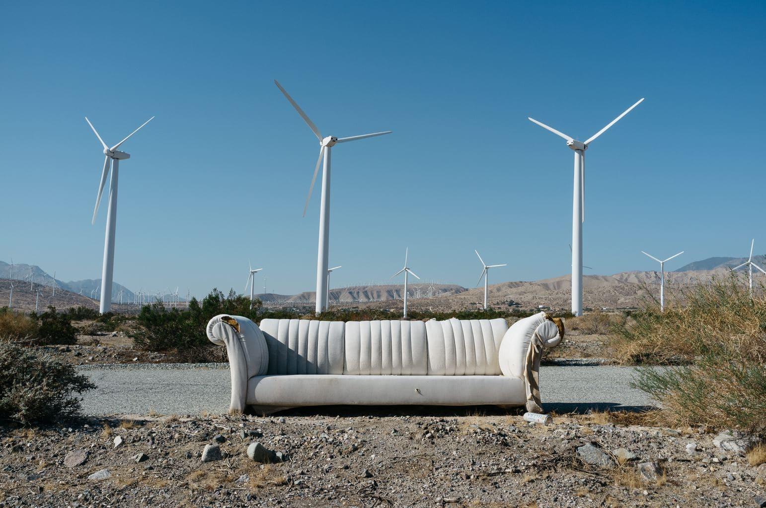 fotografía paisajes de un sofá abandonado