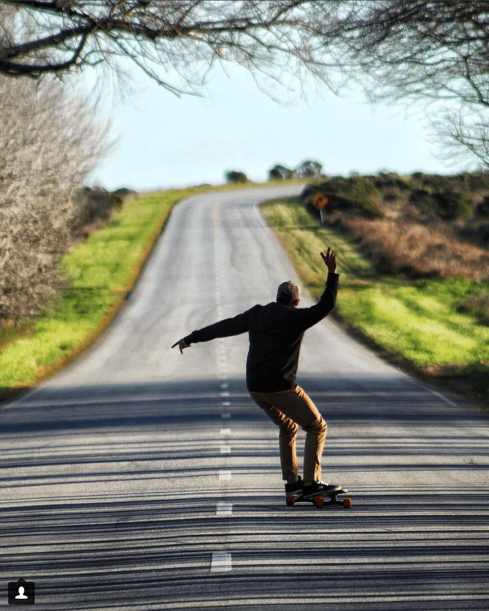 fotografía de una skater en una carretera