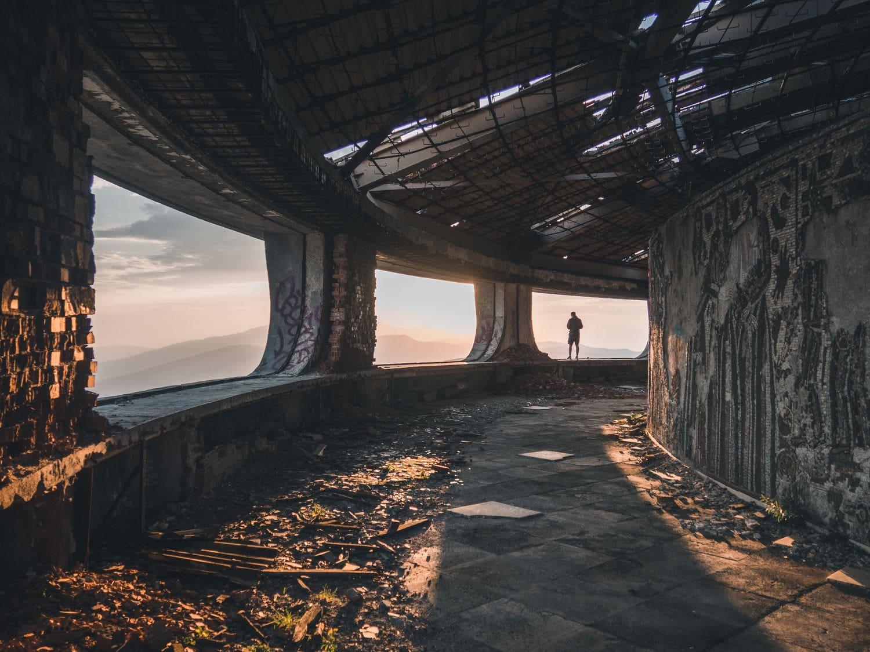 fotografía de un hombre en un edificio abandonado