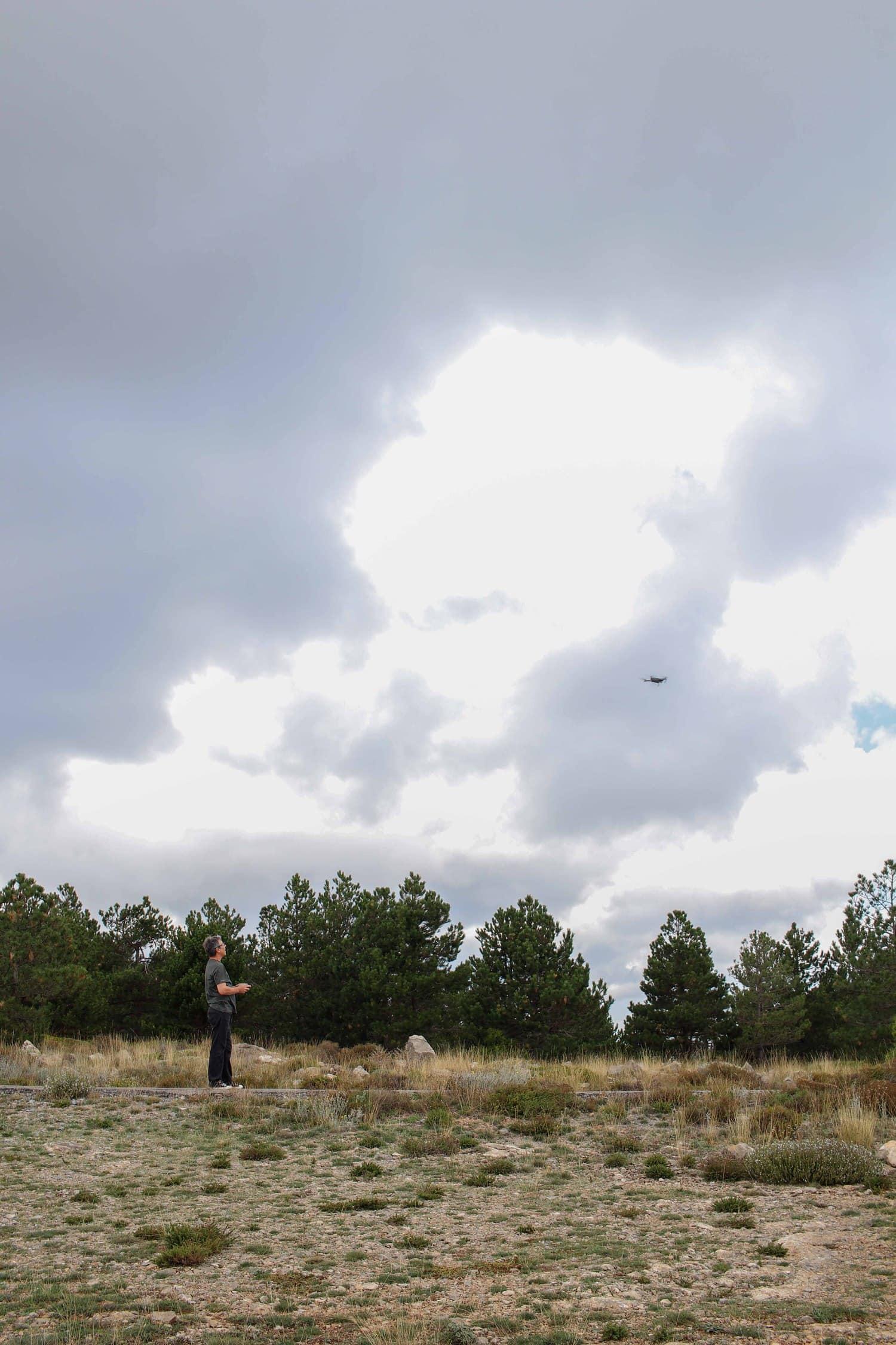 un adulto manejando un dron