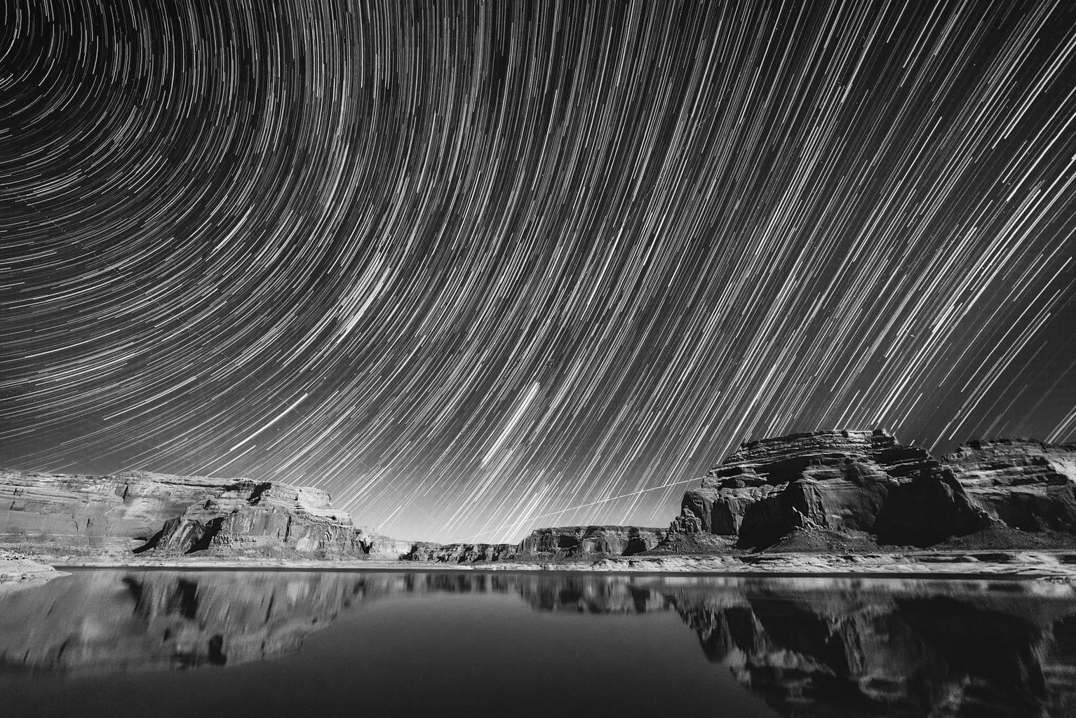 Rastro de estrellas en blanco y negro