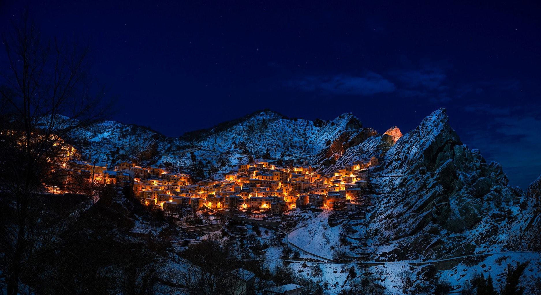 fotografía nocturna de un pueblo iluminado