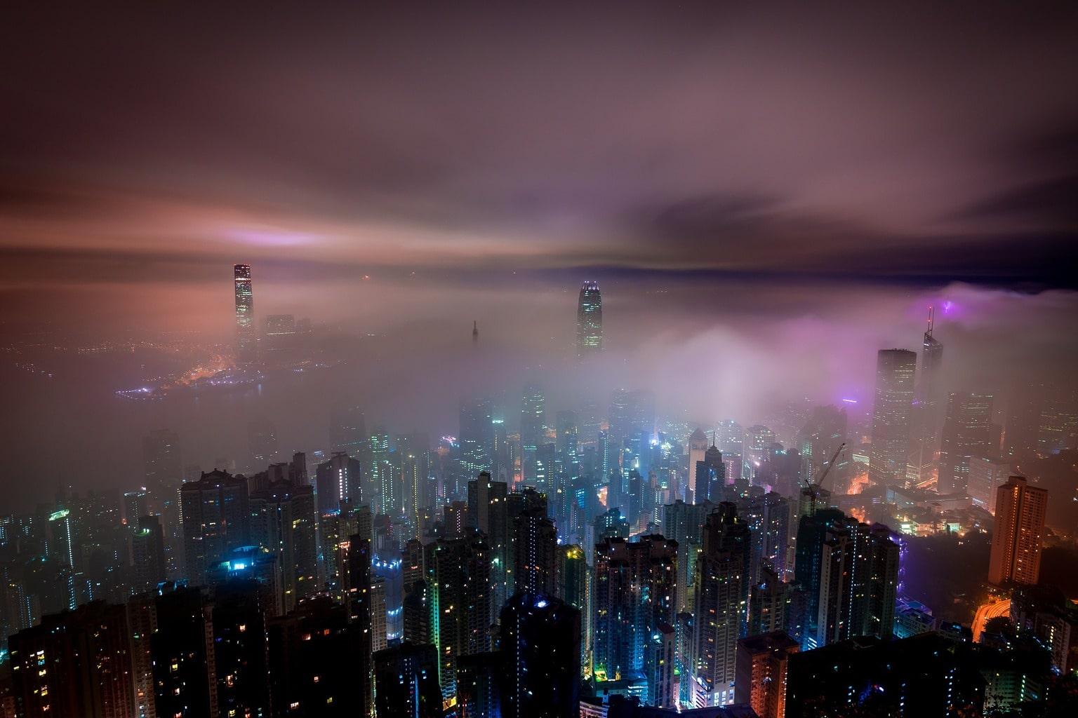 Fotografía nocturna de nubes en Hong Kong