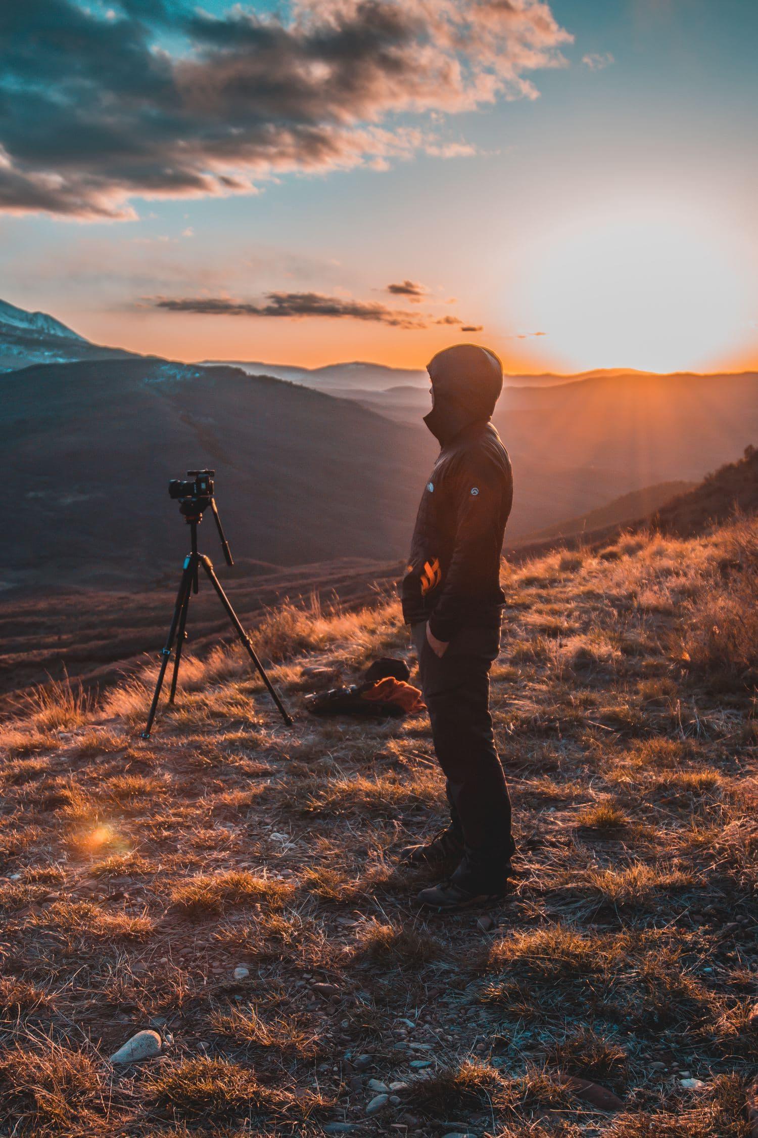 un fotógrafo mirando el horizonte