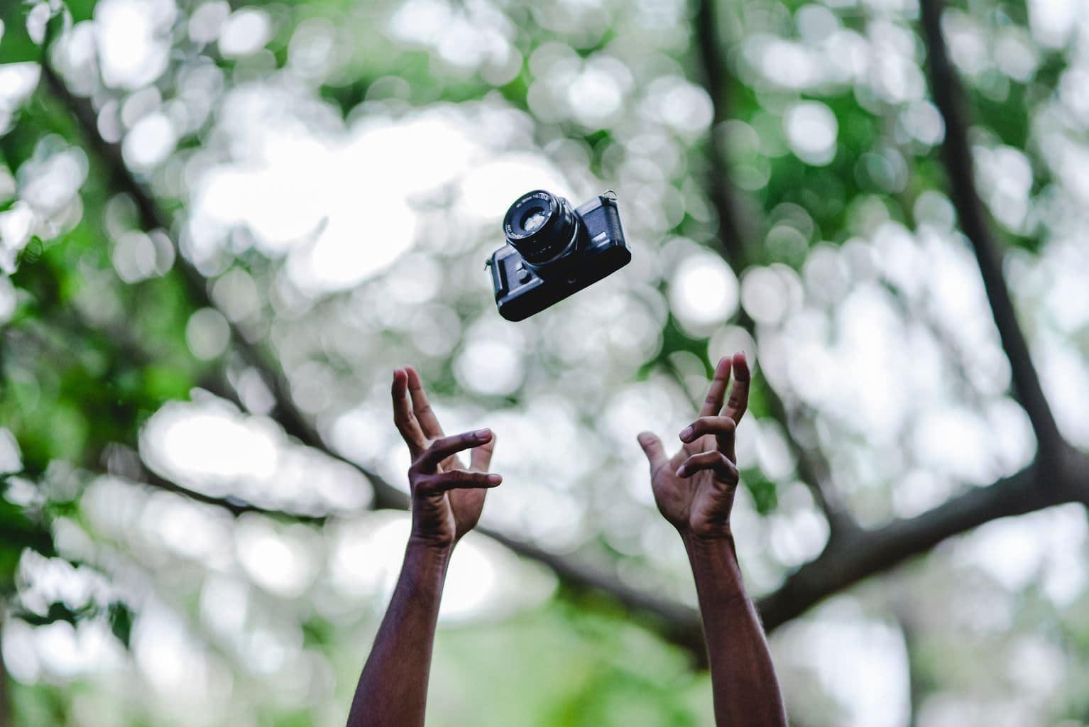 una cámara réflex en el aire