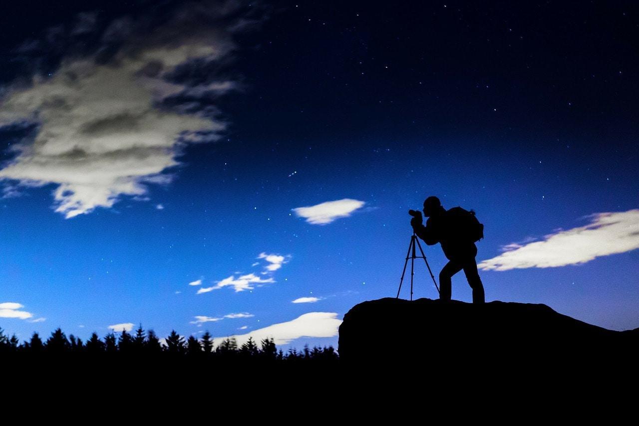 fotografía nocturna silueta de un fotógrafo y las estrellas