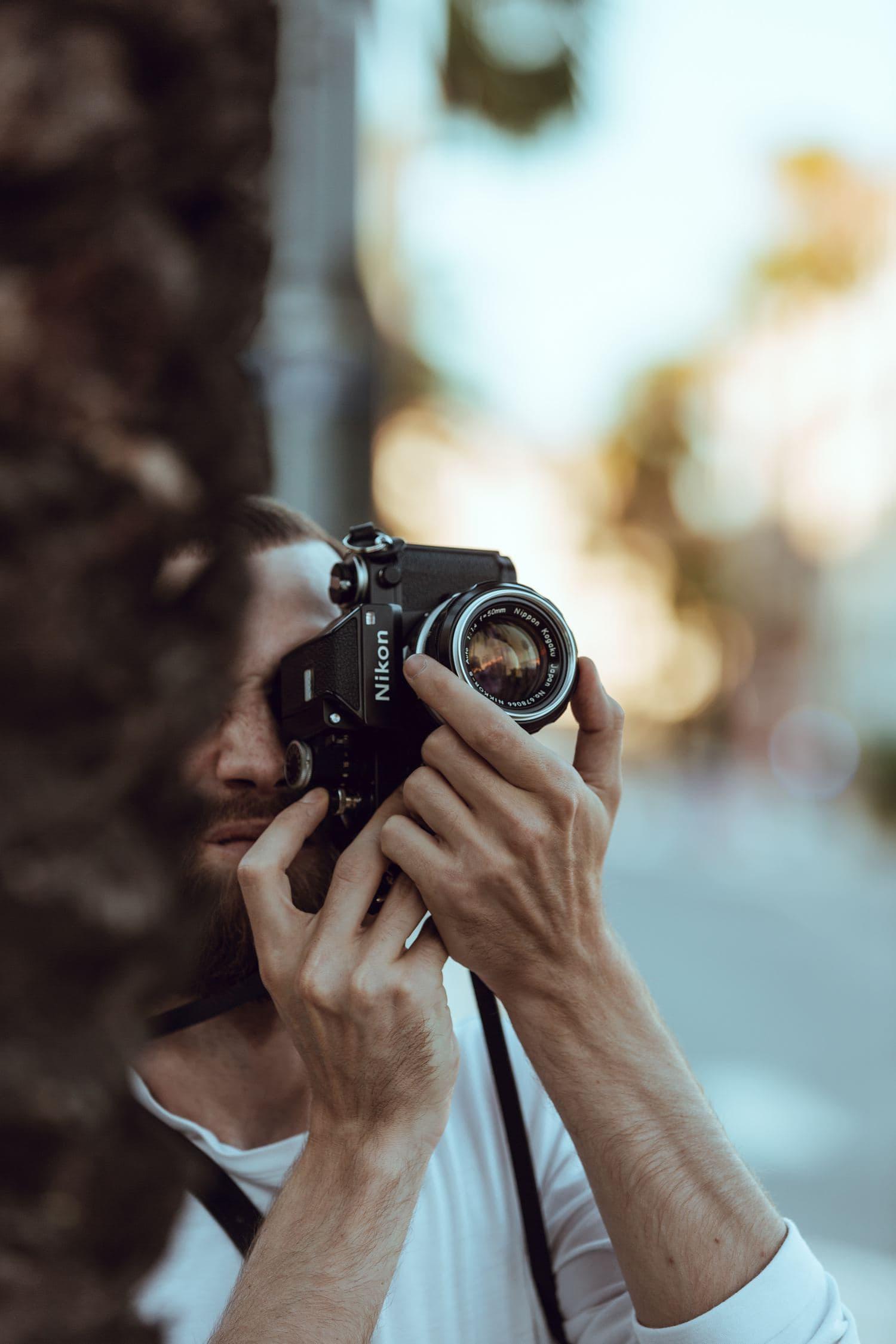 Fotógrafo con una Nikon analógica