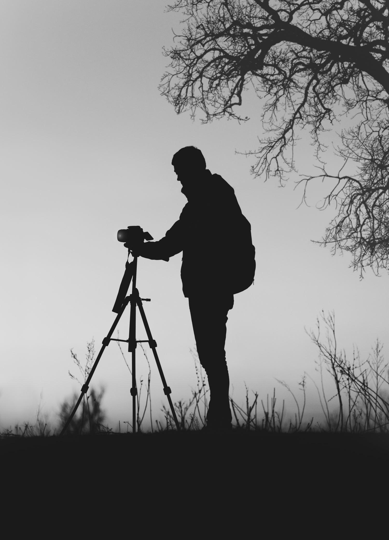 fotografía nocturna silueta de un fotógrafo con un trúpode