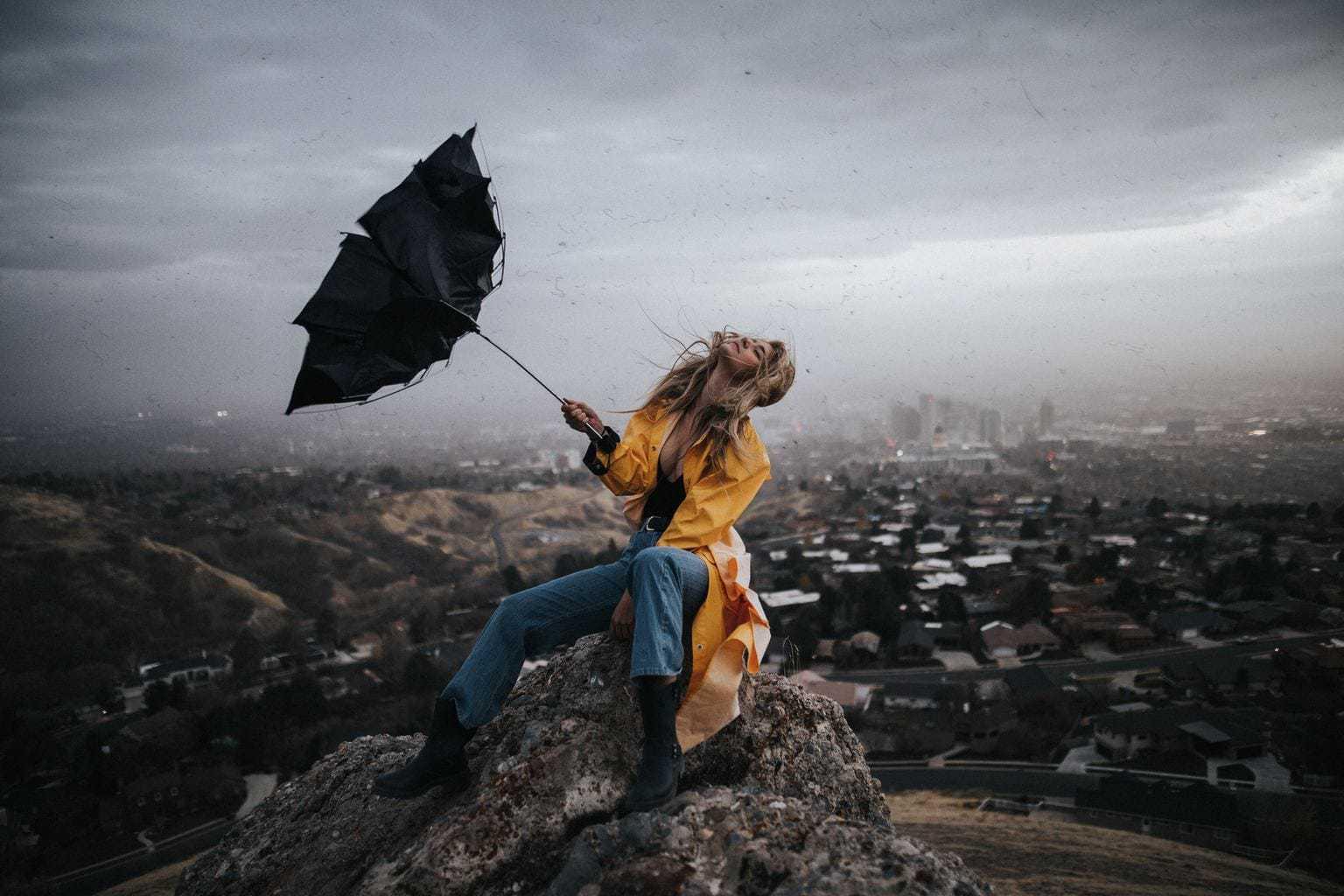 fotografía de una modelo con un paraguas