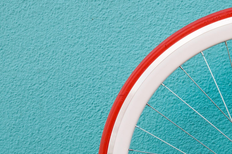 Fotografia minimalista, azul, rueda bici