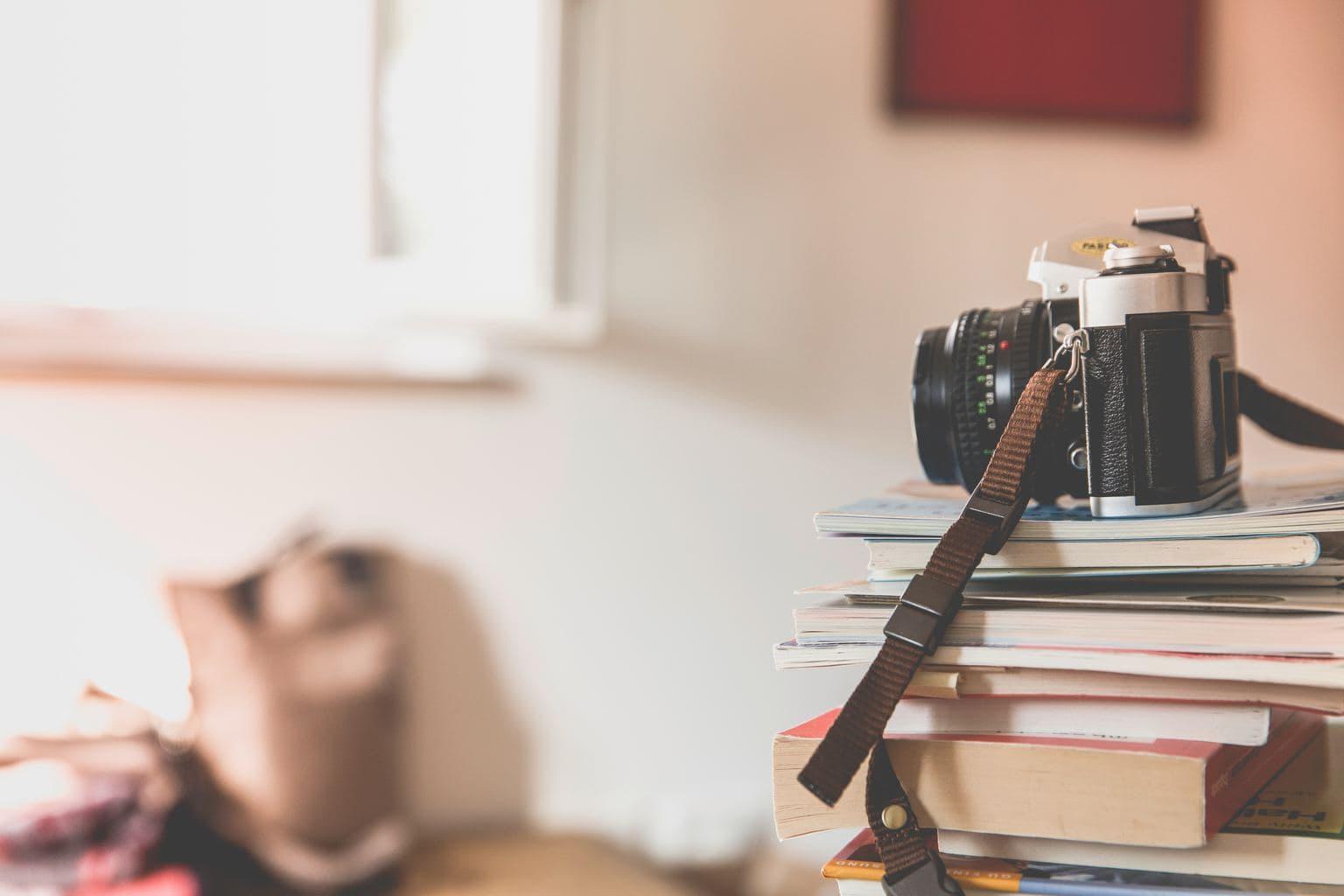 fotografía cámara encima de libros