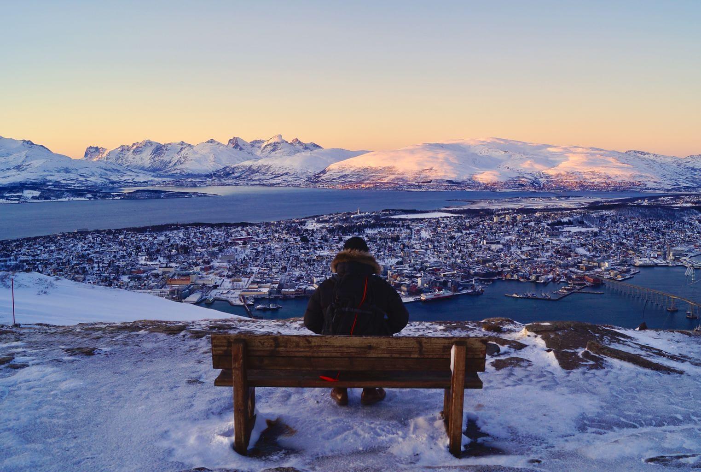 Persona contemplando vistas pueblo nieve