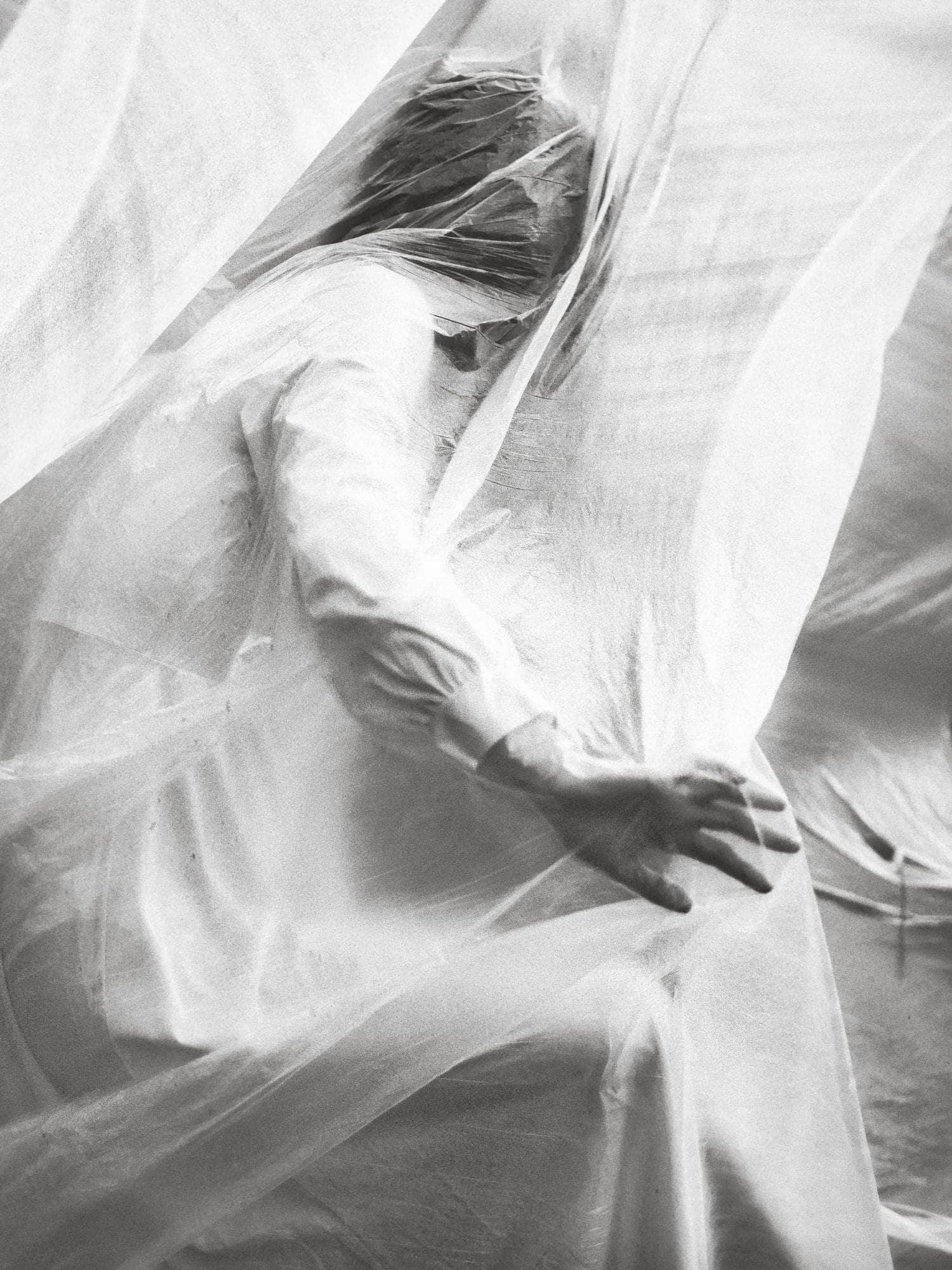 fotografía creativa mujer entre sábanas