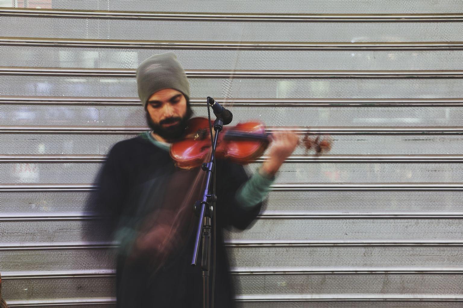 músico violín en movimiento