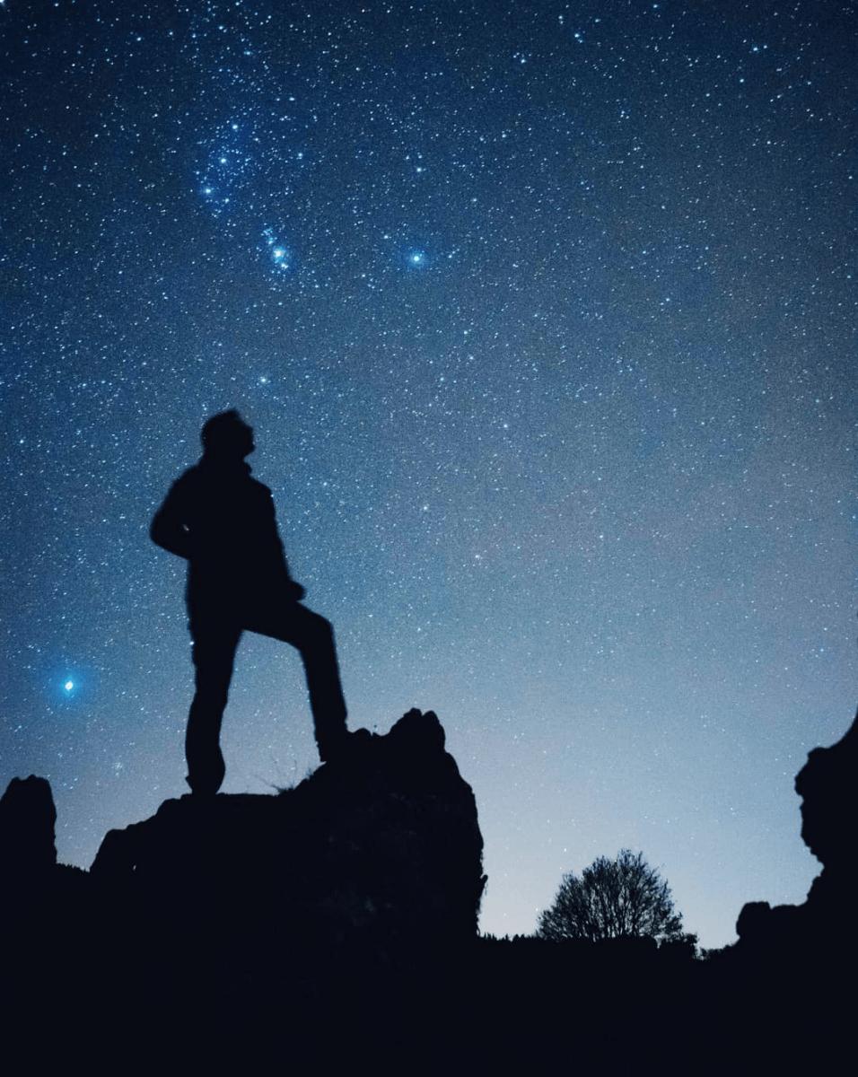 silueta y estrellas