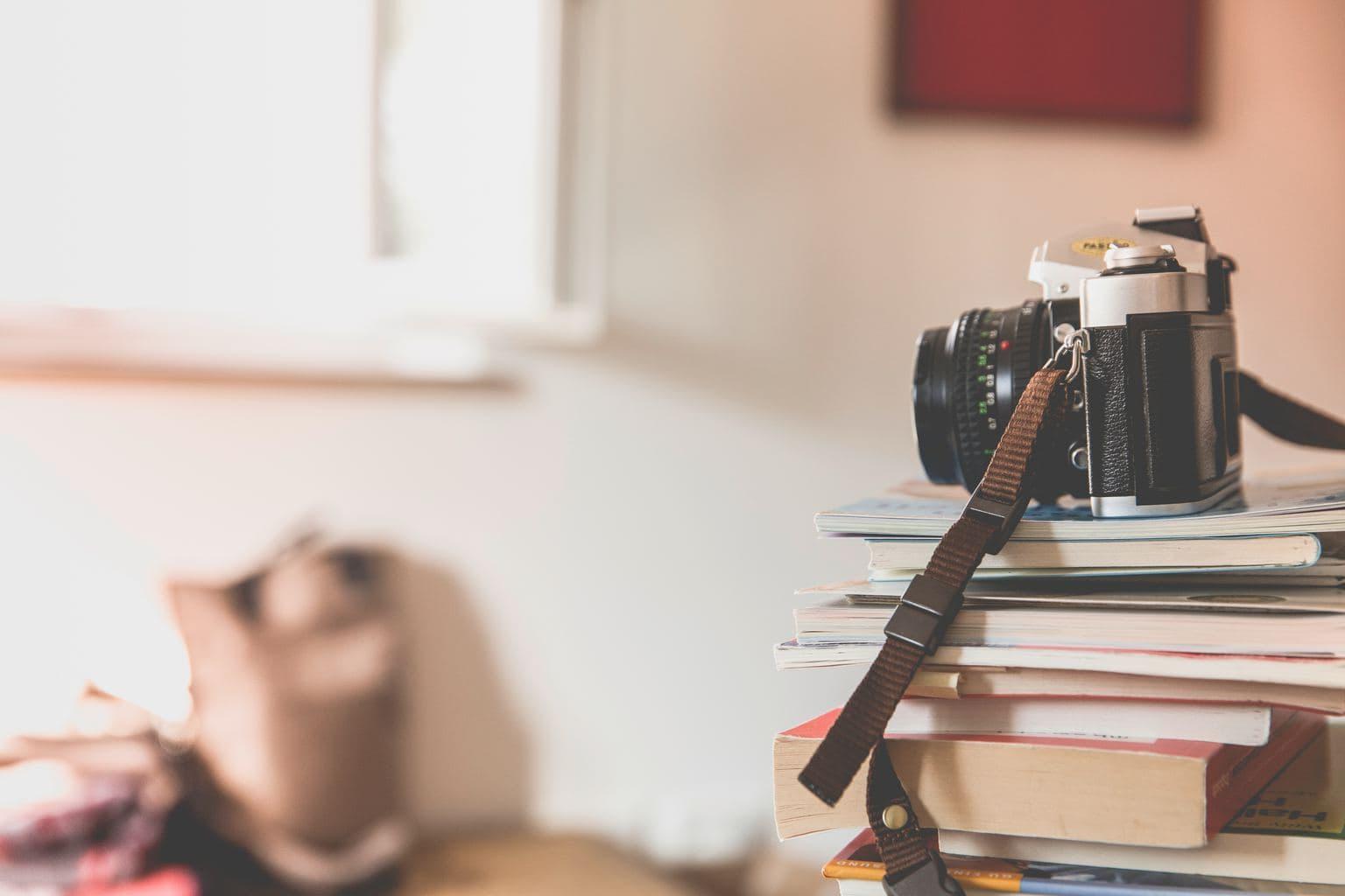 Libros y cámara de fotos