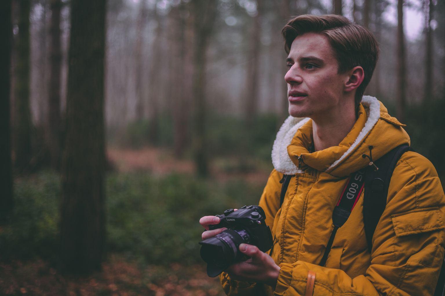 Fotógrafo bosque perfil