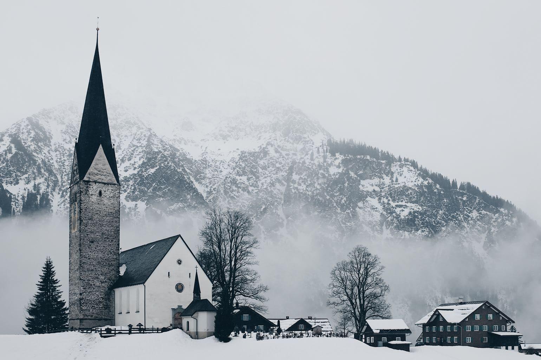 Pueblo nevado con montañas al fondo