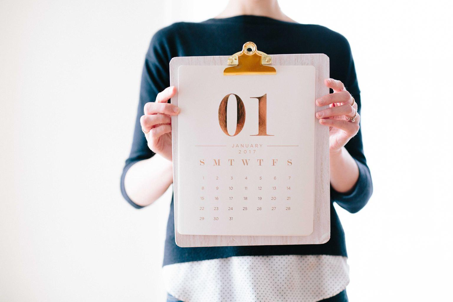 mujer sosteniendo calendario