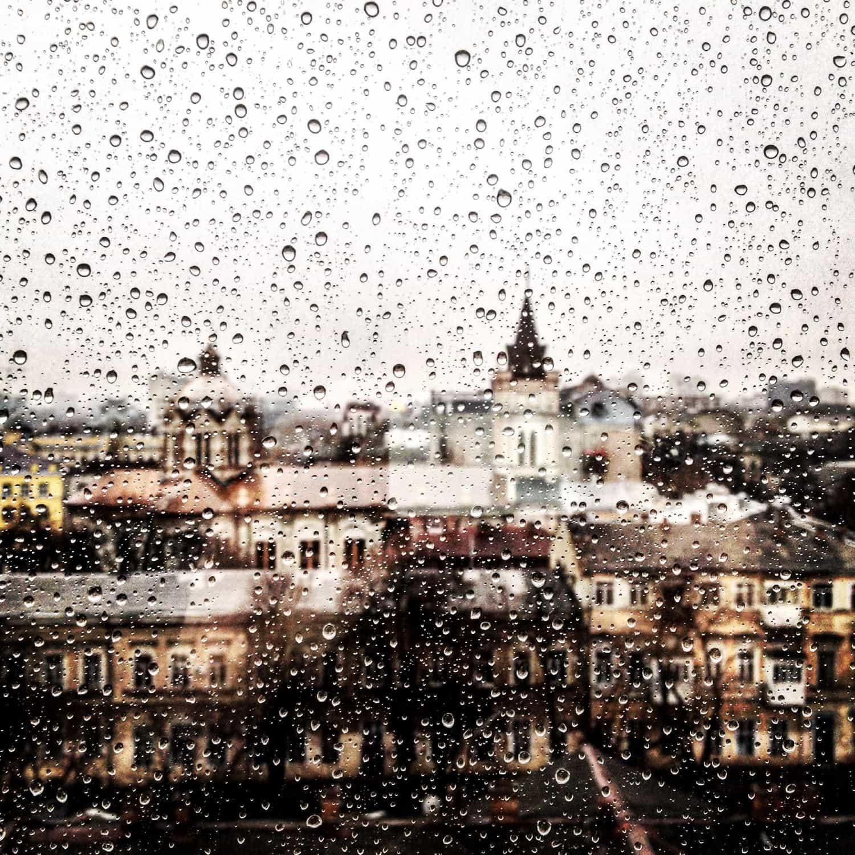 Ciudad a través de cristal mojado