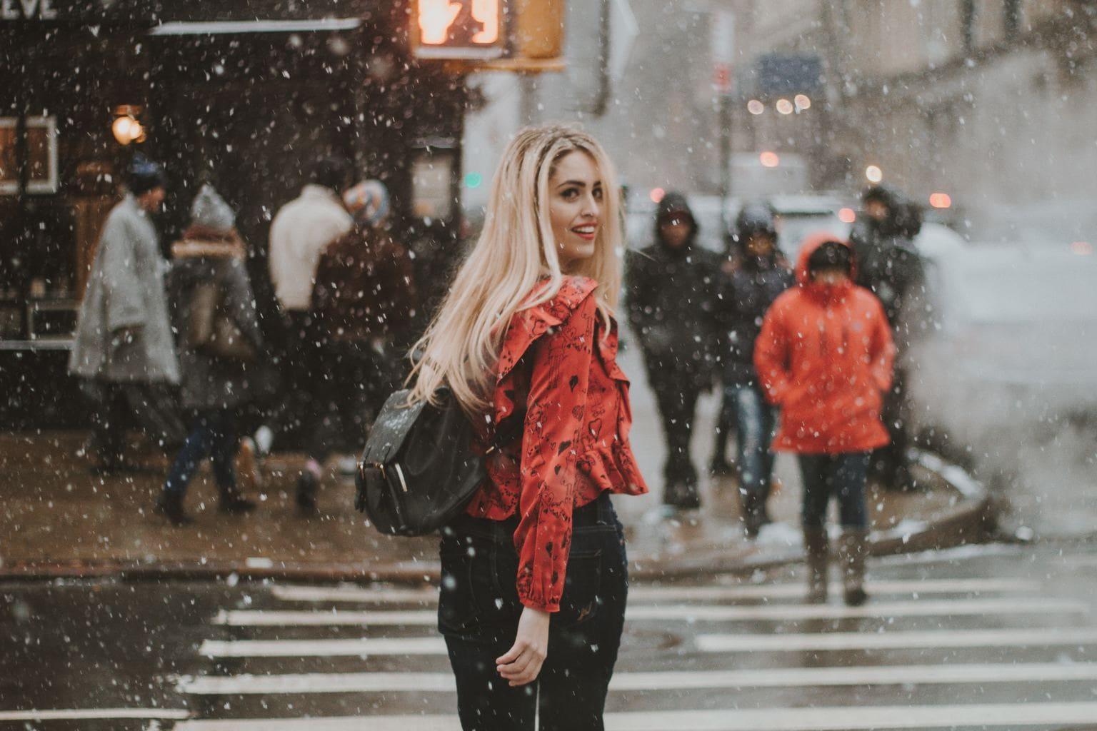 Mujer de rojo cruzando paso de peatones