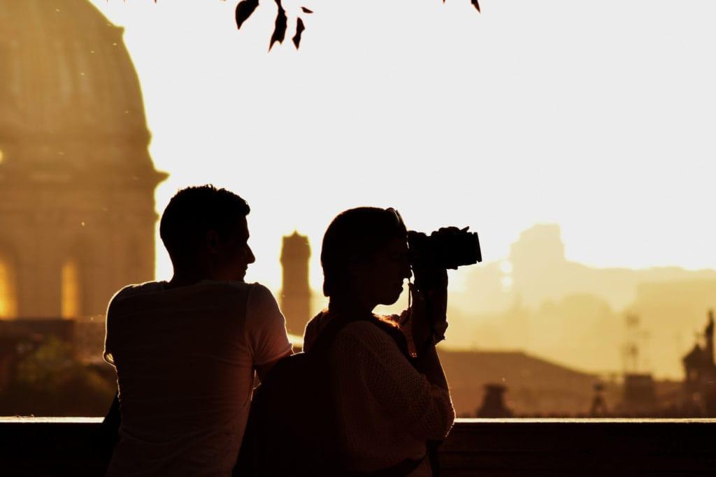 Silueta de una pareja fotógrafa