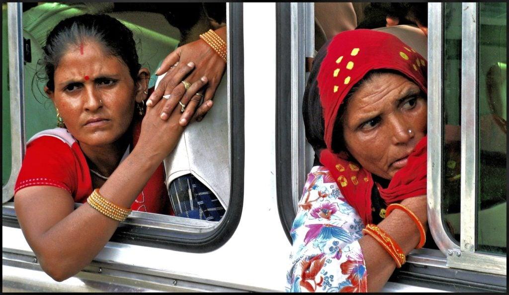 Dos mujeres indias en un autobús