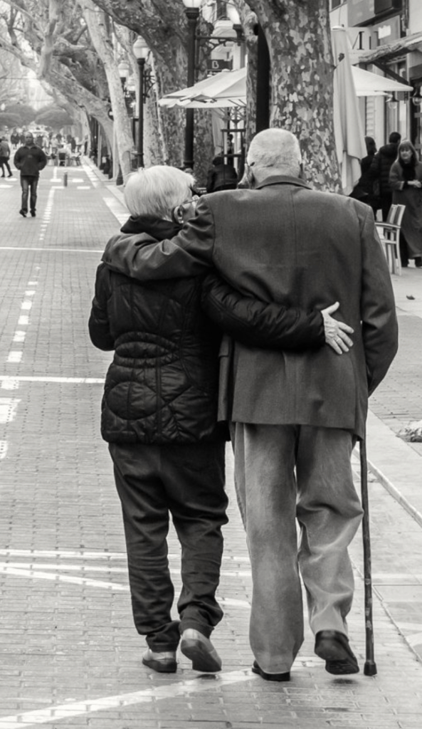 Pareja de abuelos caminando