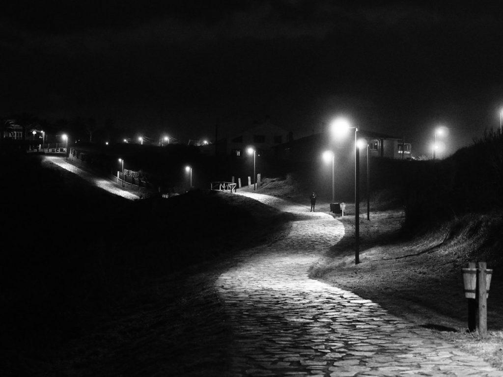 Carretera nocturna en blanco y negro
