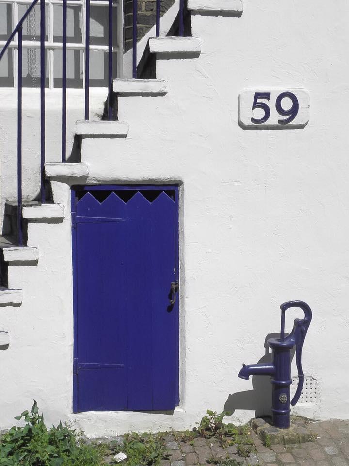 Fachada con puerta azul