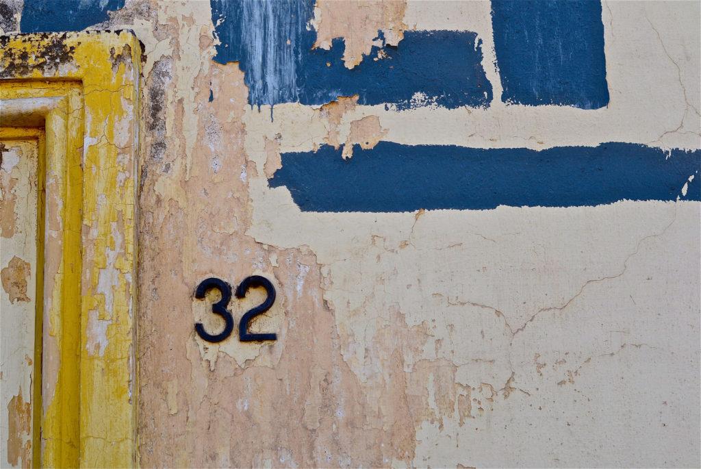 fachada con número 32