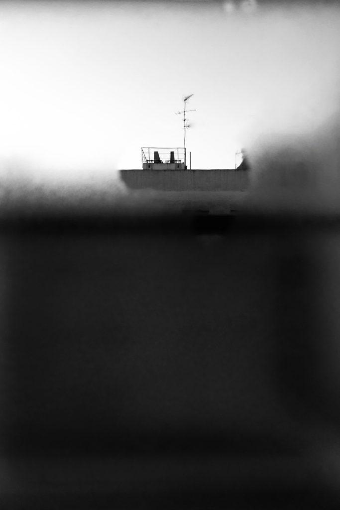 Foto desde una ventana en la que parece verse un barco