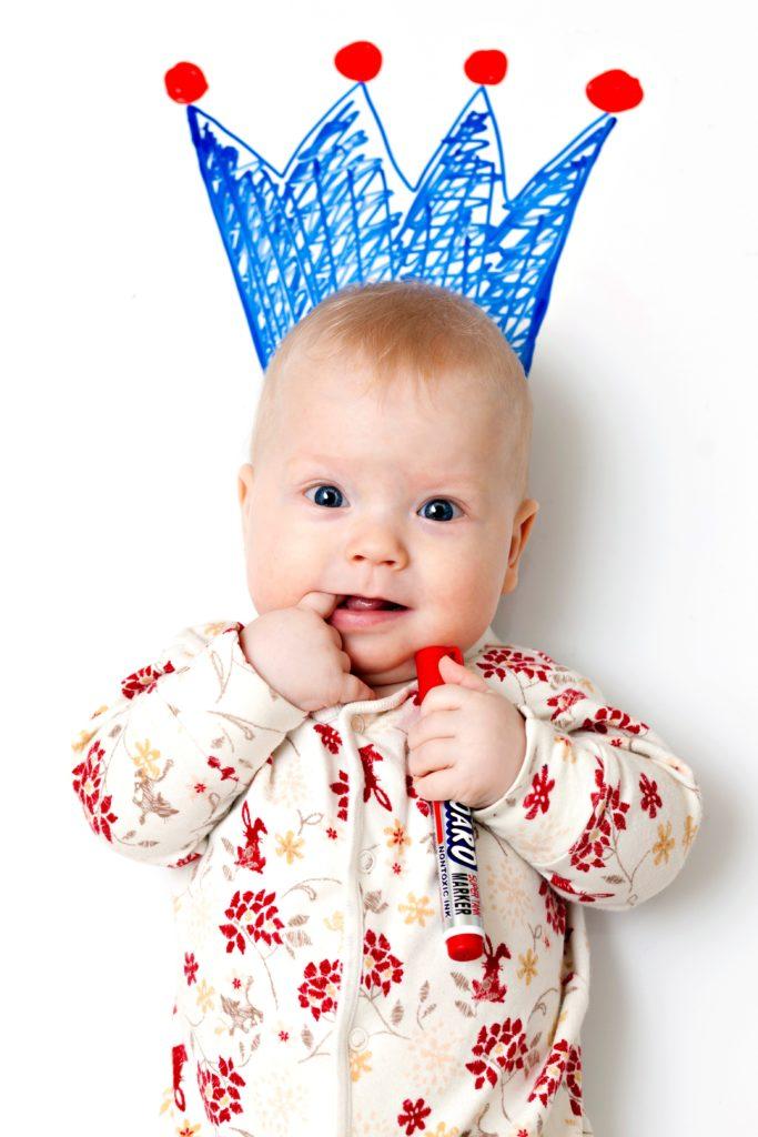 Bebé con corona pintada