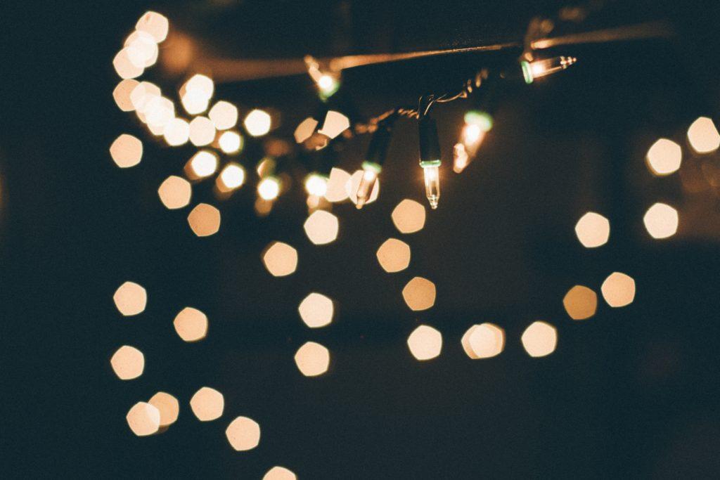 Bokeh pentagonal en luces de Navidad