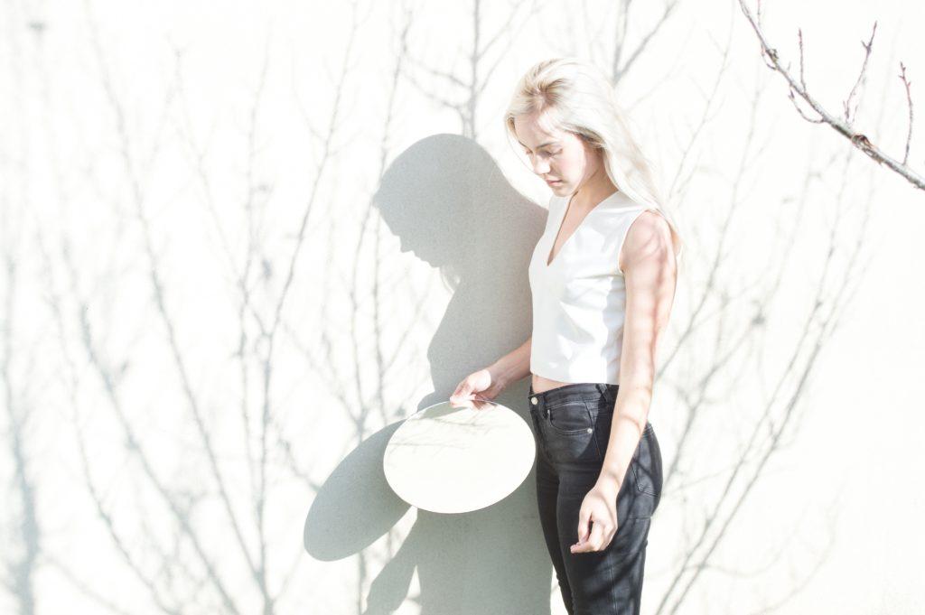retrato de chica con pared blanca y sombras