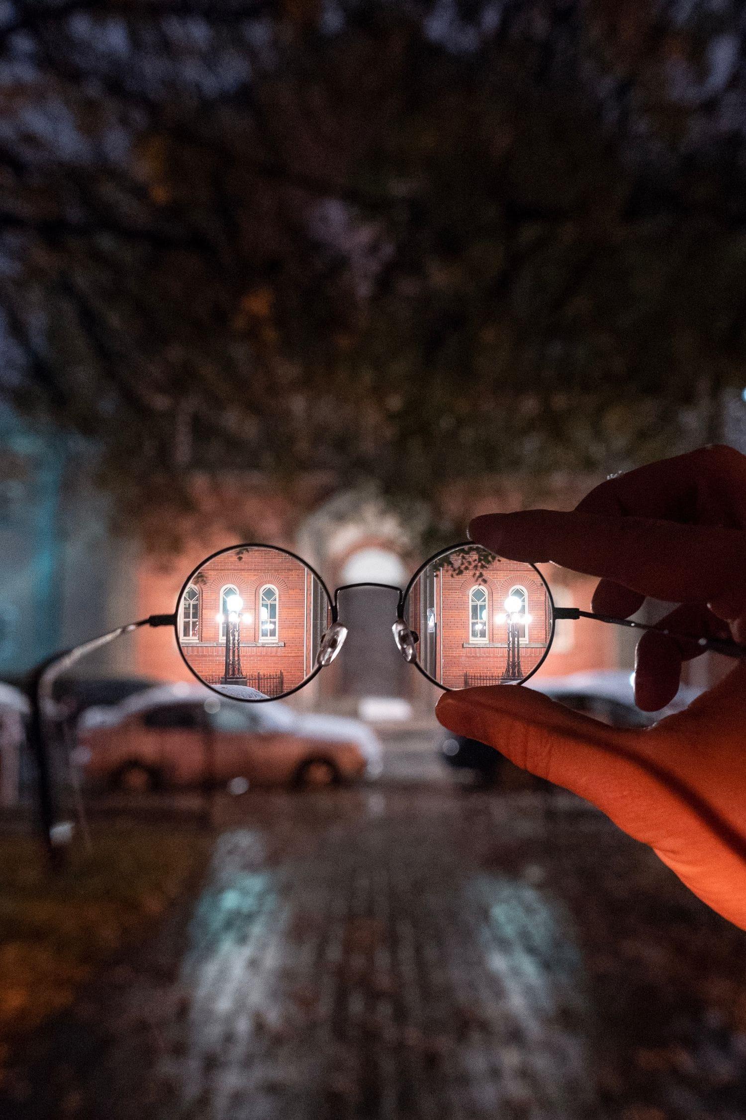 gafas con edificio al fondo