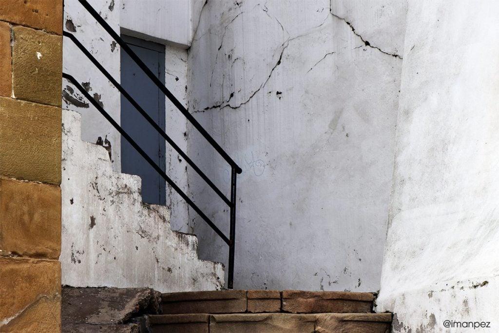 puerta y escalera con baranda
