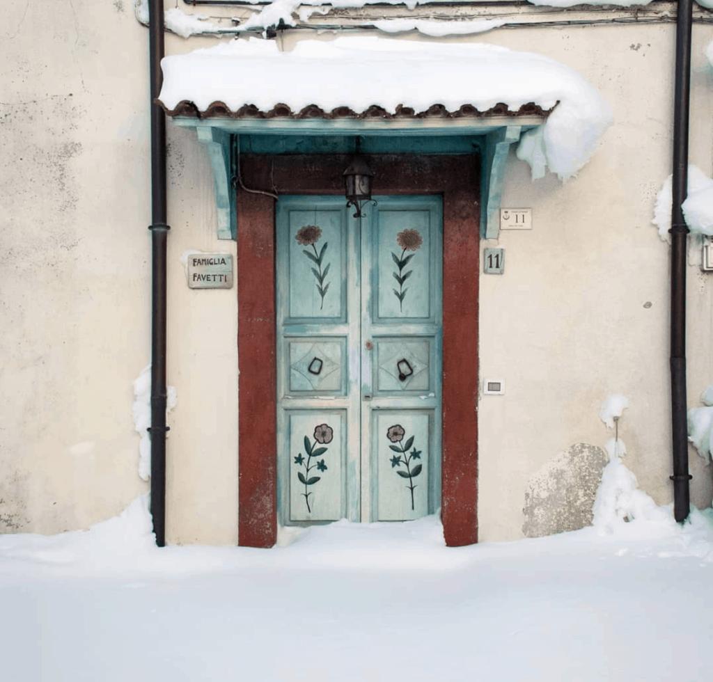 Puerta pintada y nevada